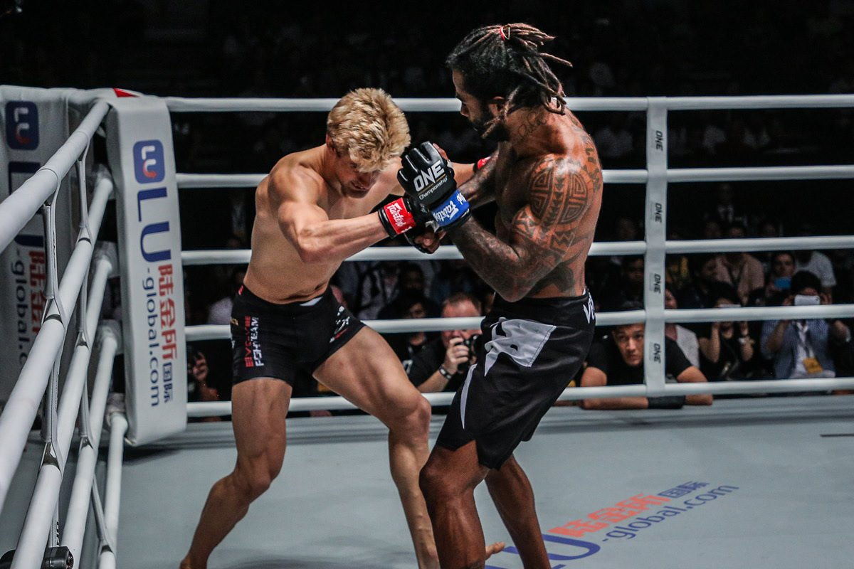 Cosmo Alexandre stops Sage Northcutt with overhand right